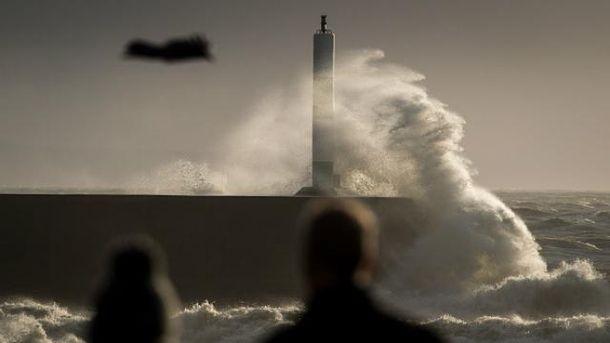 Руйнівний шторм накрив Британію – є жертви: з'явились видовищні фото стихії