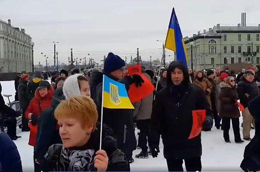 Російського опозиціонера вшанували українськими прапорами