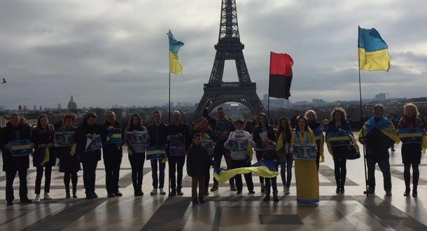 Встолице франции прошла акция «Крым— это Украина»