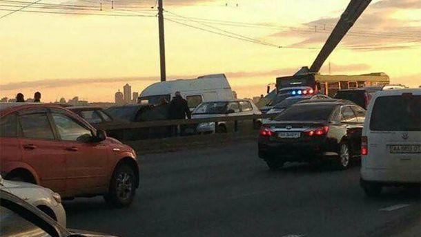НаМосковском мосту вКиеве столкнулись 9 авто, есть травмированные