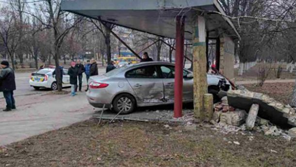 Автомобиль разбил остановку вКиеве: появились фото ивидео