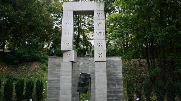 Памятник расстрелянным польским профессорам во Львове