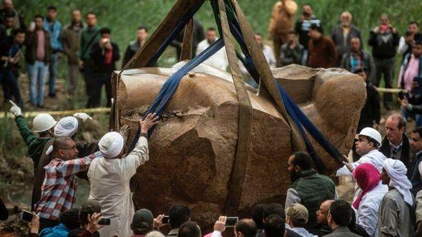 ВЕгипте поднята наповерхность 2-ая половина статуи РамсесаII