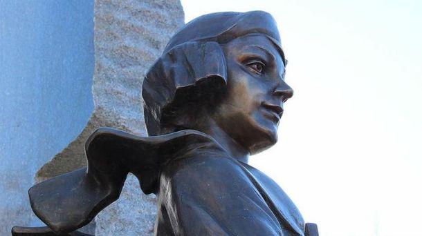 ВКиеве облили краской монумент Елене Телиге
