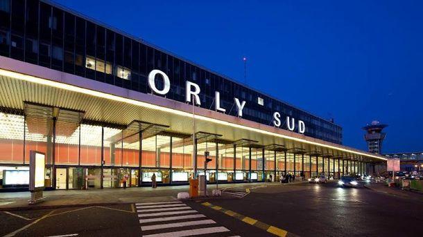 Впарижском аэропорту Орли неизвестный напал навоенных