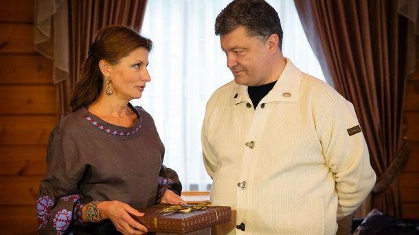 Носки, БТР ипутеводитель поКрыму: что дарили Порошенко в предыдущем 2016г.