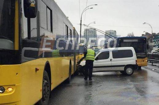 ВКиеве нетрезвый шофёр устроил ДТП смаршруткой итроллейбусом