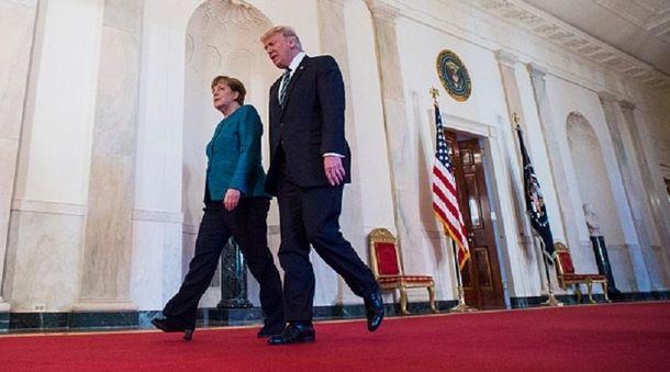 Трамп оглох: вБелом доме обьяснили почему оннепожал руку Меркель