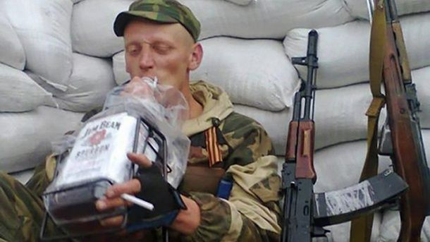 Російський військовий п'є горілку