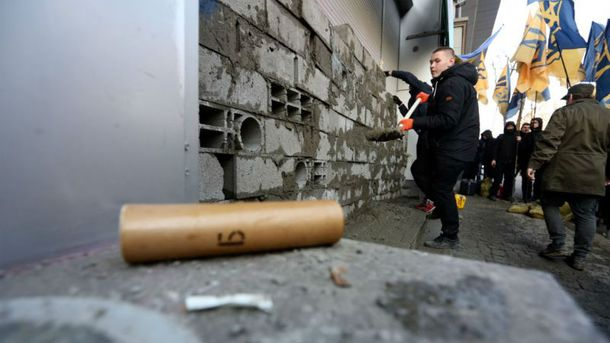 У Києві активісти почали розблоковувати замурований