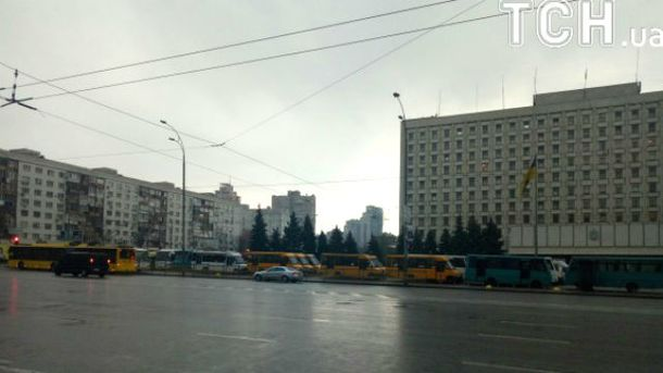 Около Киевской ОГА водители маршруток подрались сполицией