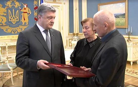 Порошенко вручил награду родителям погибшего наДонбассе оперного певца