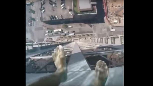 Шаг впустоту: накрыше небоскреба установили неповторимый прозрачный бассейн