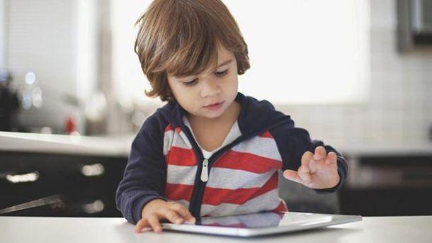 Маленькие дети, которые множество играют на телефонах ипланшетах, менее спят