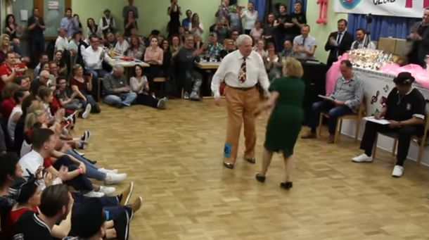 Пара пожилых людей порвала танцпол дерзким буги-вуги