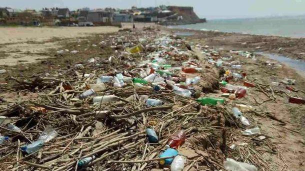 Пляж в  Севастополі потопає у смітті