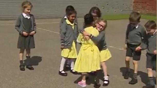 Дети трогательно встретили пришедшую вшколу сновым протезом девочку