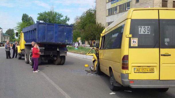 УНовомосковську водія вирізали зпонівеченої вДТП маршрутки