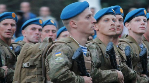 Українські десантники похизувались своїми вміннями у Житомирі: з'явилося відео