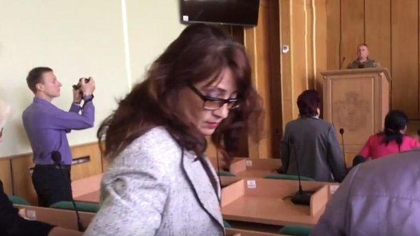 Чиновник уСлов'янську цинічно проігнорувала хвилину мовчання зазагиблими бійцями АТО: відео