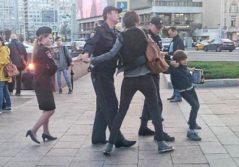 Полицейские извинились перед отцом схваченного в столице России ребенка