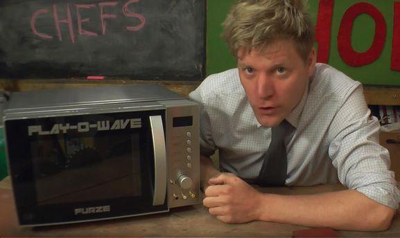 Британский изобретатель Колин Фарз превратил микроволновку вигровую консоль