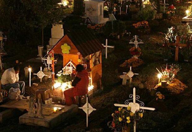 В новый год чилийцы приходят на кладбище