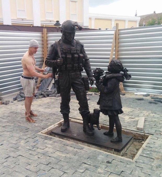 Пам'ятник, зелені чоловічки, Крим