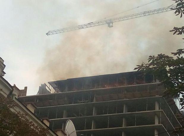 Cотрудники экстренных служб устранили пожар, появившийся накрыше новостройки