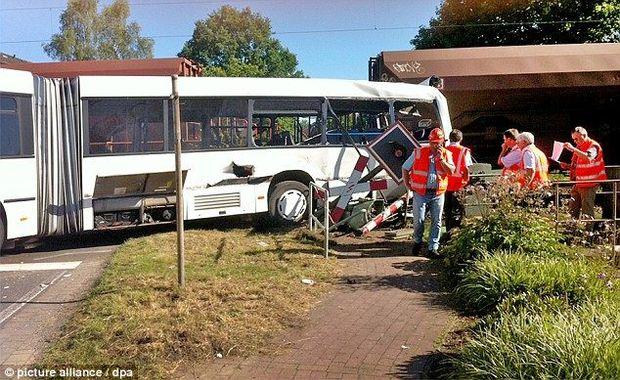 Авария вГермании, где поезд врезался впассажирский автобус