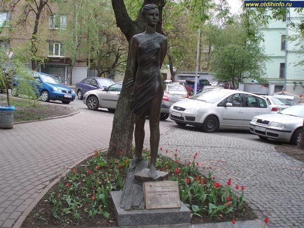 Зоя Космодем'янська, Київ, пам'ятник