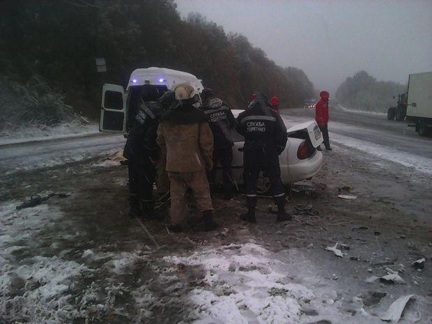 Лобовое ДТП назаснеженной Виннитчине: тела погибших вырезали изпокореженного авто