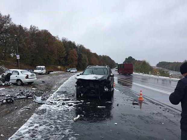 Назаснеженной винницкой трассе столкнулись машины, погибли супруги
