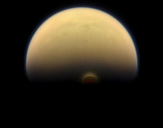 Полюс Сатурна изменил цвет
