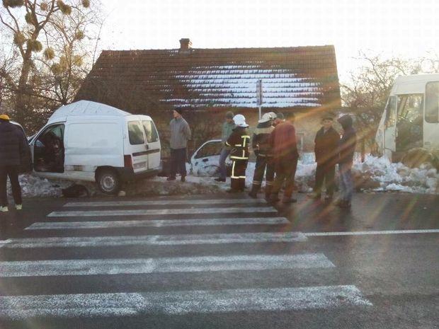 Автобус савтомобилем столкнулись наЛьвовщине, погибли два человека