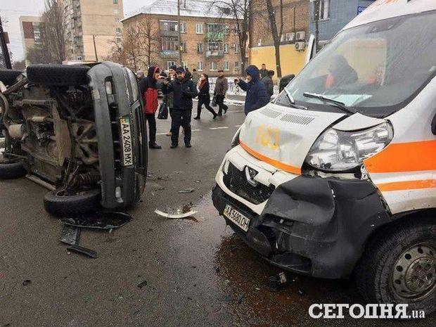 Скорая угодила в трагедию вКиеве: есть пострадавшие