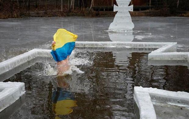 Как правильно купаться в проруби на Крещение 2018