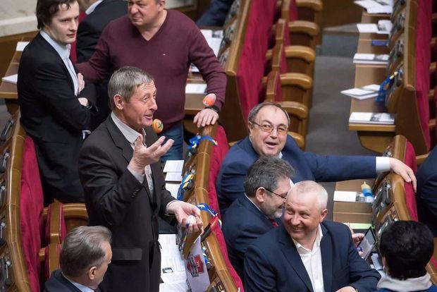 Депутат жонглює великодніми писанками