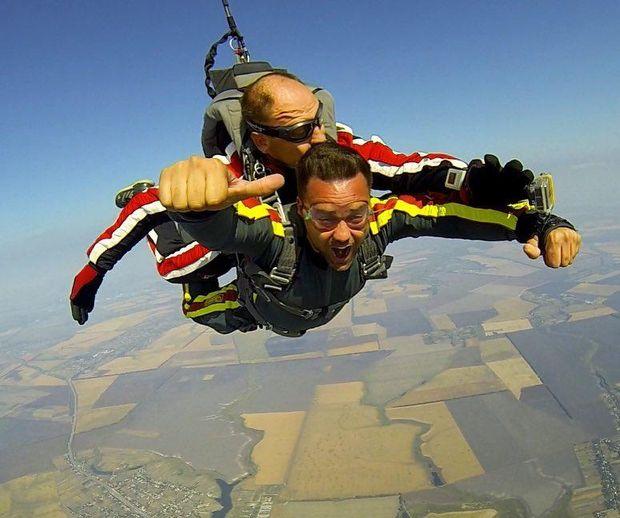 Тимур Мірошниченко стрибнув з парашутом