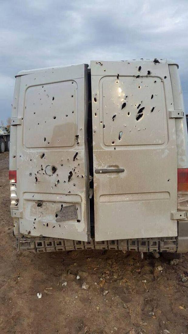 Бус військових після обстрілу бойовиків з артилерії