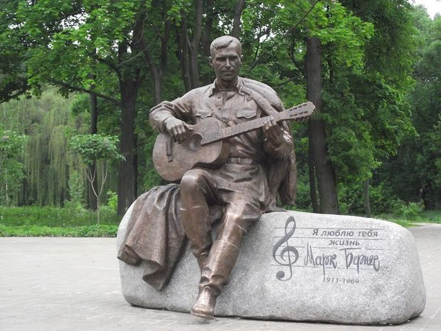 Пам'ятник Марку Бернесу у Ніжині