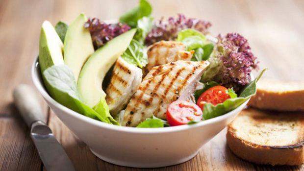 Салат з куркою та авакодо