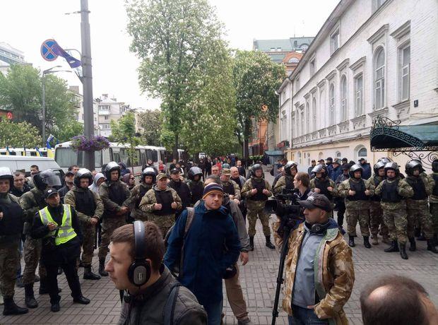 Під штабом ОУН зібралось чимало людей