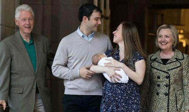 Гілларі та Білл Клінтони з дочкою