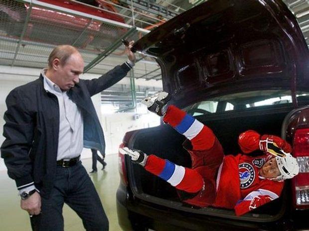 Путін закриває сам себе у багажнику