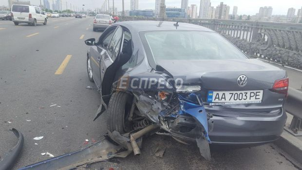 Внаслідок ДТП в Києві добряче постраждало авто Volkswagen