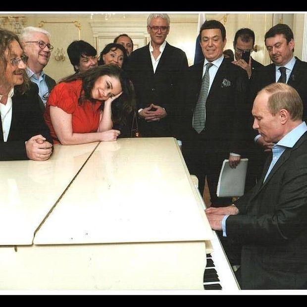 Путін грає на роялі