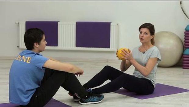 Михайло разом з матір'ю Мариною Порошенко виконує спортивну вправу