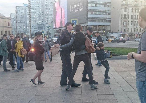 Жорстоке затримання дитини в Москві