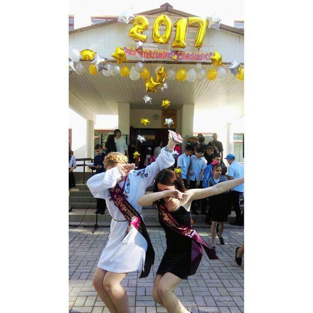 Кримчанка одягла вишиванку на випускний